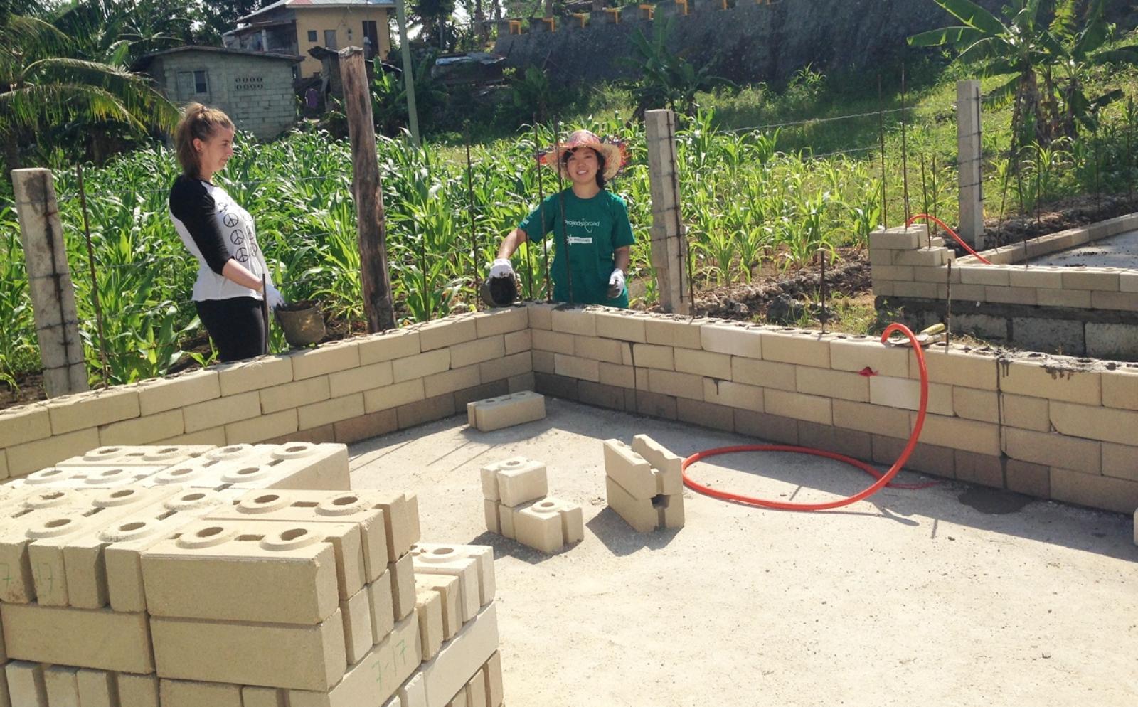 日本人ボランティアがフィリピンで建築作業に貢献